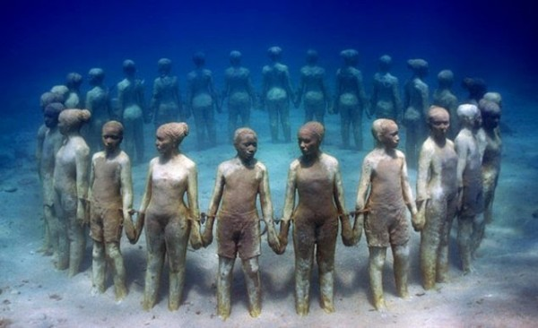 Statues in circle in the Underwater museum